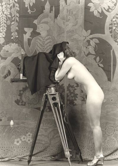 Nude_woman_with_camera._Photo_by_Alfred_Cheney_Johnston